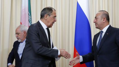 Les ministres des Affaires étrangères Sergueï Lavrov (Russie), Mevlut Cavusoglu (Turquie) et Mohammad Zarif (Iran) après la conférence de presse à Moscou