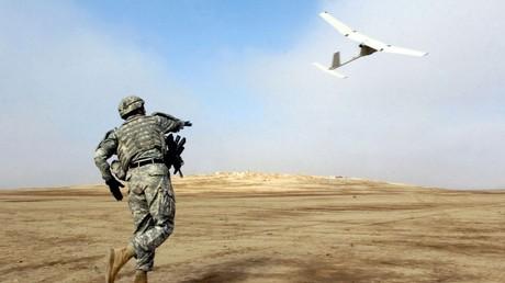 Un drone RQ-11 lancé par un soldat américain en Irak