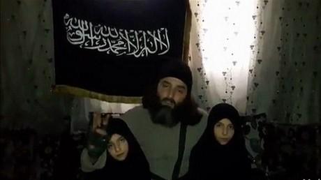 Un homme, identifié comme un combattant du groupe rebelle djihadiste Jabhat Fatah al-Cham (anciennement Front al-Nosra), envoie ses deux fillettes commettre un attentat-suicide à Damas