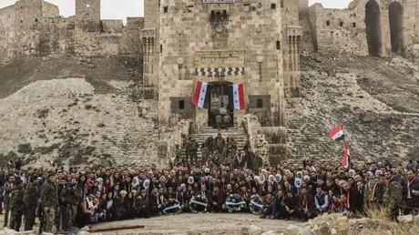 Les soldats victorieux de l'armée arabe syrienne posent dans la vieille ville d'Alep