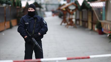 Un policier allemand protège un marché de Noël à Berlin, le 21 décembre 2016, photo ©Hannibal Hanschke/Reuters