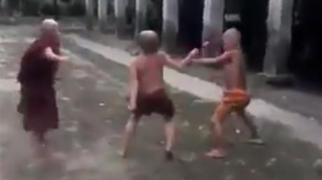 Impressionnant combat de petits moines bouddhistes (VIDEO)