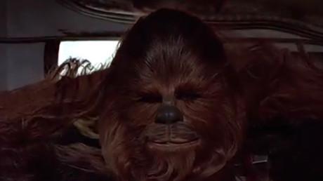 Un Noël au poil : écoutez (et regardez) Chewbacca chanter «Douce nuit» (VIDEO)