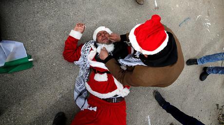 Une manifestation de pères Noël palestiniens tourne à l'affrontement à Bethléem (VIDEOS)