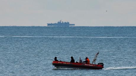 Un bateau de secours près de l'endroit où le TU-154 s'est écrasé