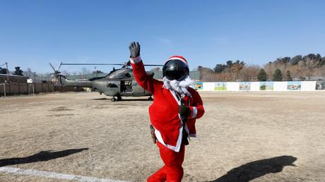 Un soldat de Resolute Support en costume de Père Noël à Kaboul, le 25 décembre 2016.