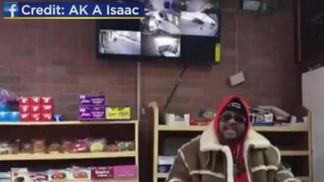 Un braqueur armé d'un couteau force un épicier à le filmer en direct sur Facebook (VIDEO)