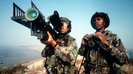 Des soldats américains utilisant un missile Stinger
