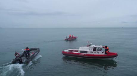 Un navire de secours près de l'endroit où le TU-154 s'est abîmé