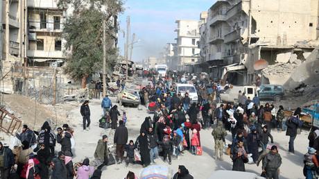 Les civils attendent leur tour pour être évacués de l'est d'Alep