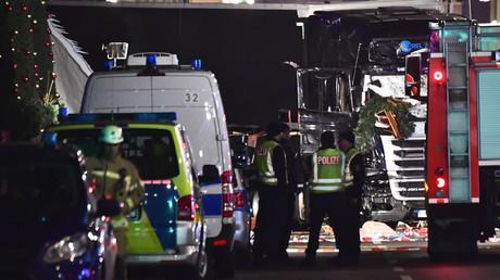 Des officiers de police inspectent le camion qui a foncé sur un marché de Noël à Berlin le 19 décembre 2016