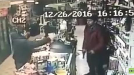 USA : un voleur braque un jeune vendeur qui lui arrache le pistolet des mains (VIDEO)