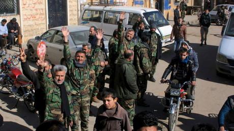 Des combattants de l'armée syrienne célèbrent la victoire dans un quartier du nord d'Alep - images d'archives