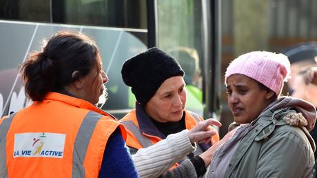 Une réfugiée mineure prise en charge par des bénévole à Calais avant le démantèlement de la «Jungle»