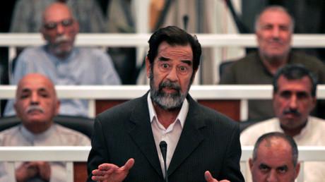Saddam Hussein s'adresse à un juge, quand son procès commence à Bagdad