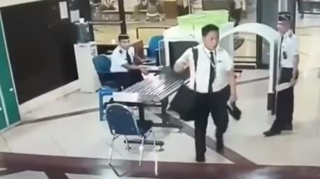Le pilote passe les contrôles de sécurité