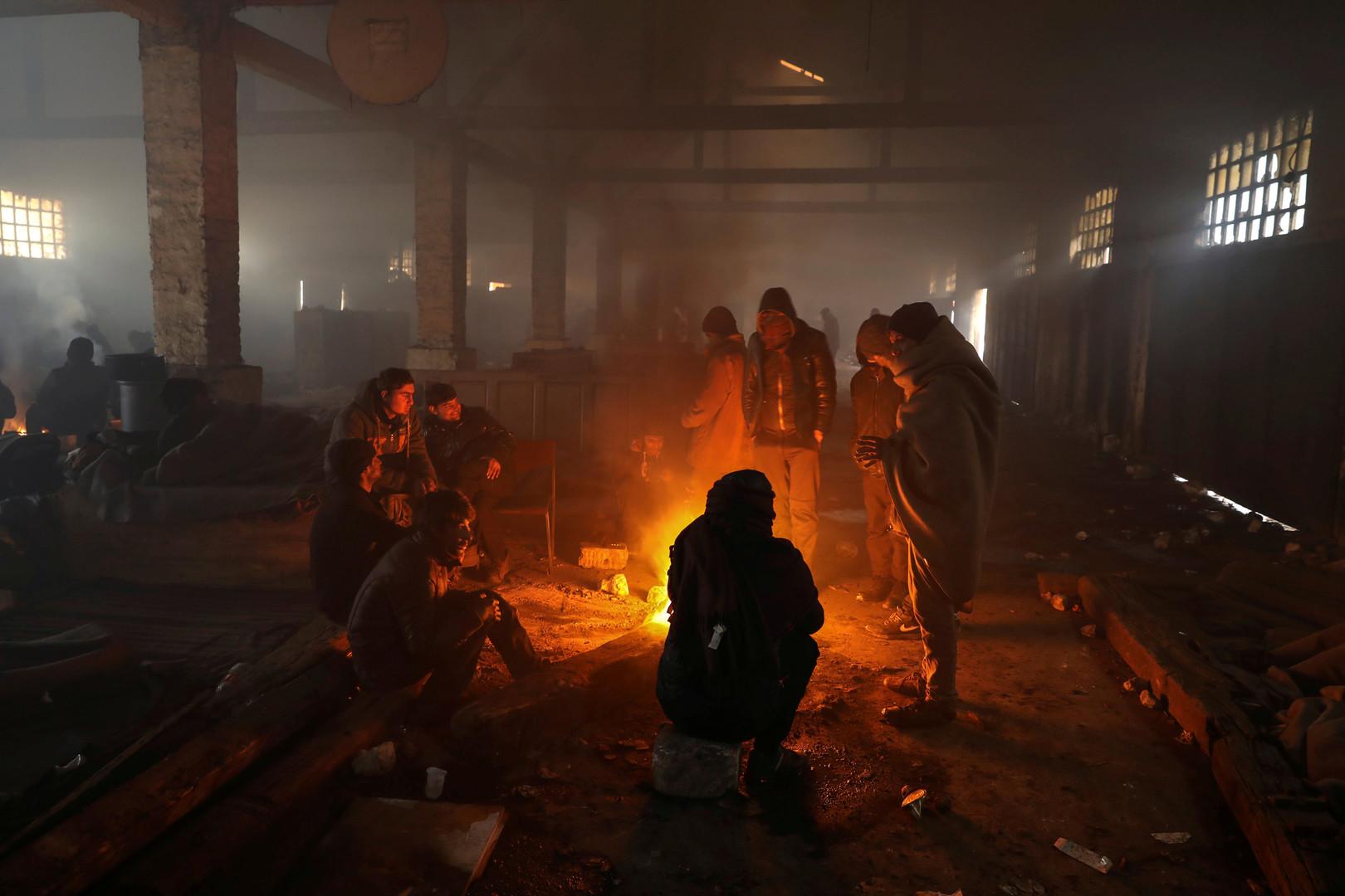 Piégés par le froid de Belgrade, des migrants commencent à construire de nouvelles jungles de Calais