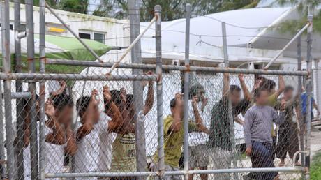 Les camps de Manus fait partie d'un complexe de centres gérés par l'Australie sur le territoire papouasien : les conditions de vie y sont jugées déplorables par de nombreux observateurs