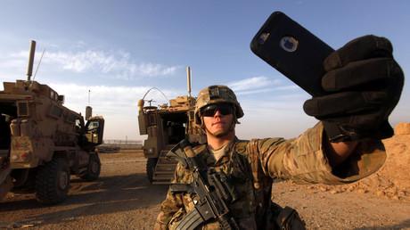 Un soldat américain prend un selfie dans la base militaire irakienne de Qayyara à quelques kilomètres de Mossoul.