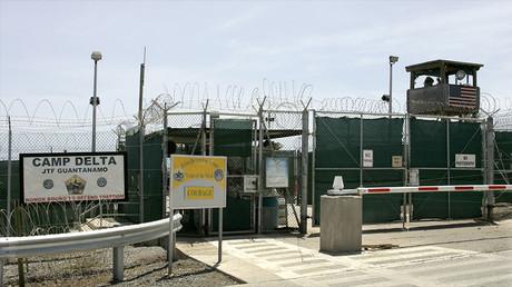 Portail d'entrée de la prison américaine de Guantanamo, à Cuba en 2007, photo ©Joe Skipper/Reuters