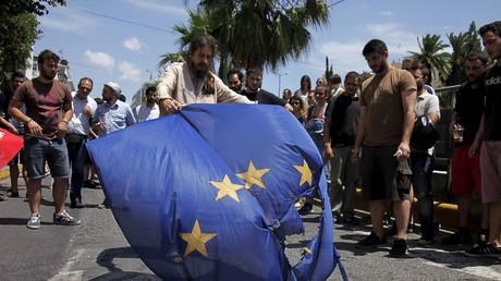 Des manifestants brûlent un drapeau européen à Athènes.