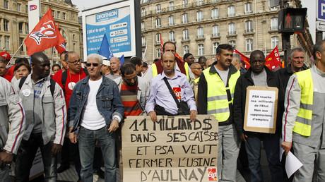 Les salariés de l'usine PSA d'Aulnay-sous-Bois manifestent à Paris en septembre 2012 contre la fermeture de leur usine.