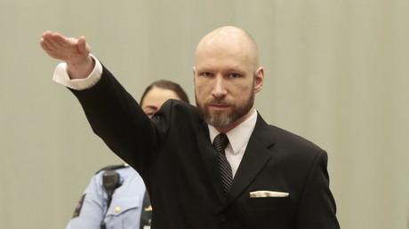 Breivik fait un salut nazi au premier jour du procès sur ses conditions de détention