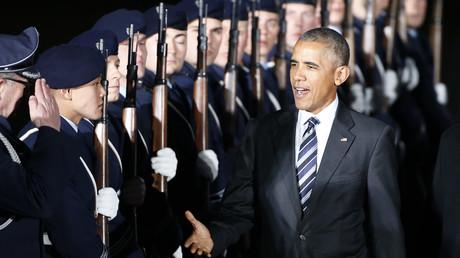 Barack Obama saluent les militaires en arrivant à l'aéroport Tegel de Berlin