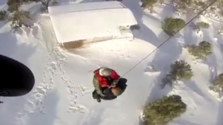 Hélitreuillage périlleux de deux personnes sur une île grecque paralysée par la neige
