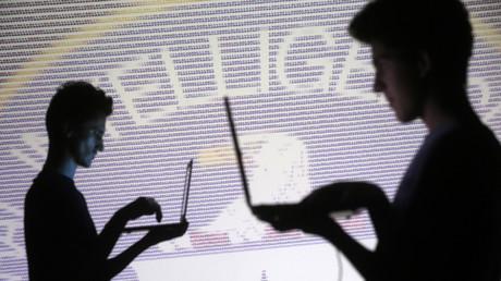 Les silhouettes des gens sur un fond de l'emblème de la CIA