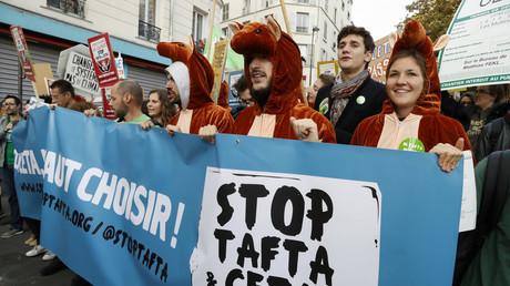 Une manifestation à Paris contre les traités de libre-échange en octobre 2016