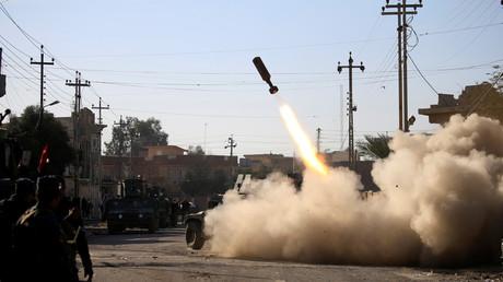 Des membres des forces irakiennes répondent aux attaques des combattants de Daesh pendant l'offensive dans l'est de Mossoul.