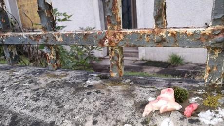 Un reste de porc sur le mur d'enceinte du centre musulman de Genlis