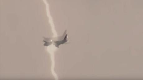 Russie : ce moment où la foudre s'abat sur un boeing 747 rempli de passagers (VIDEO CHOC)