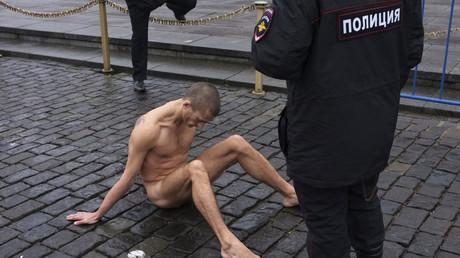 Piotr Pavlenski se clouant le scrotum sur la place Rouge de Moscou, en 2013