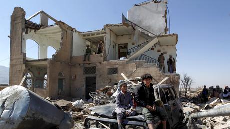Des enfants assis parmi les ruines d'une maison, frappée par un raid aérien de la coalition menée par l'Arabie saoudite, en novembre 2016