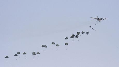 Arabie saoudite : des parachutistes militaires en exercice
