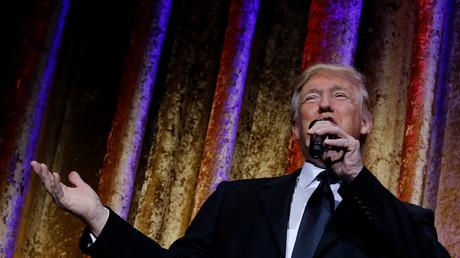 Donald Trump devant un parterre de diplomates lors d'un repas avant son investiture.