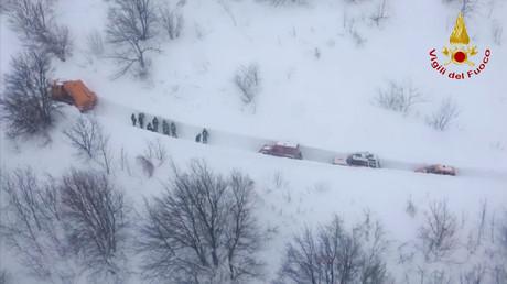 Italie : des sauveteurs affrontent des montagnes de neige pour gagner le lieu de l'avalanche (VIDEO)
