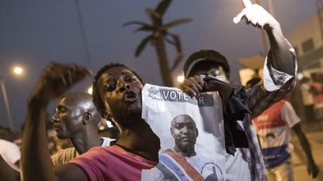 A Banjul, des partisans du président élu Adama Barrow célèbrent l'annonce de son investiture alors que les troupes de la Cédéao ont commencé une intervention militaire et que des dizaines de milliers de personnes ont fui le pays