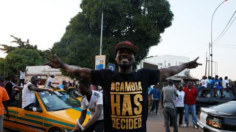 Des Gambiens descendent dans les rues de la capitale Banjul pour célébrer l'investiture du nouveau président Adama Barrow à Dakar tandis que la fin de l'ère Jammeh semble s'achever.