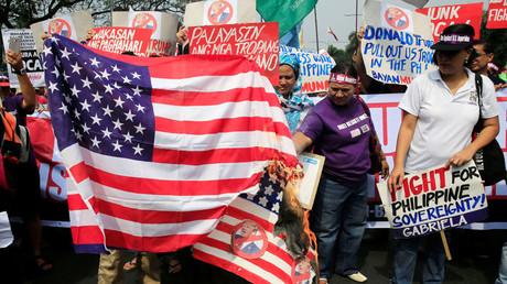 Des manifestants philippins, hostiles à la politique américaine et au président Donald Trump, se sont rassemblés devant l'ambassade américaine à Manille.