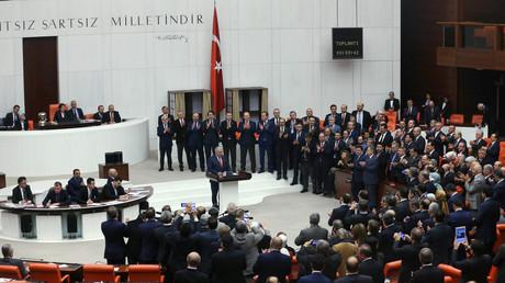 Des parlementaires turcs applaudissent le Premier ministre Binali Yildirim, après le vote par le Parlement en faveur d'un projet de révision constitutionnelle controversé