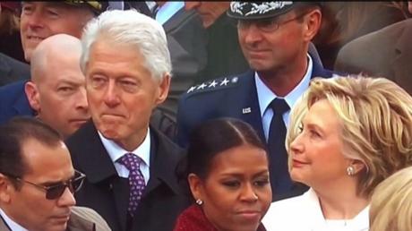Mais que reluquait donc Bill Clinton lors de l'investiture de Donald Trump ?