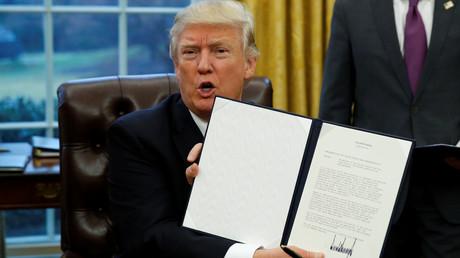 Donald Trump brandit l'odre executif de sortie des Etats-Unis du TPP