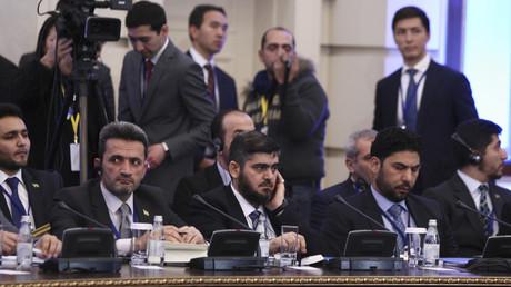 Au centre, Mohammed Allouche, à la tête de la délégation de l'opposition syrienne