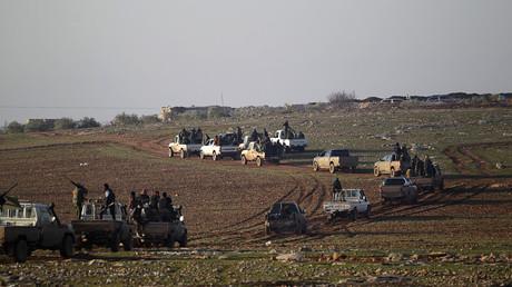 Des rebelles syriens se dirigent vers la ville d'al-Bab dans le Nord du pays.