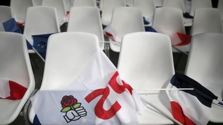 Un drapeau avec le logo du Parti socialiste posé sur des chaises à l'occasion d'une réunion à La Rochelle.