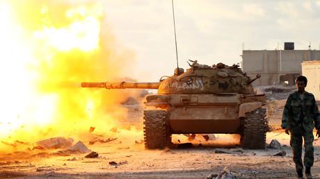 Des soldats de l'Armée nationale libyenne, forces du général Khalifa Haftar, combattent les djihadistes à Qanfudah, banlieue de Benghazi.