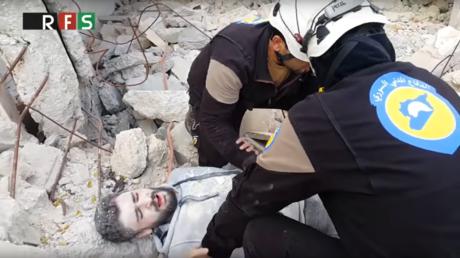 Les Casques blancs simulent l'évacuation d'un blessé lors d'une opération militaire en Syrie